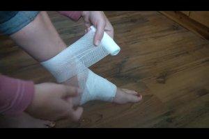 Bänderüberdehnung am Knöchel - so bandagieren Sie richtig
