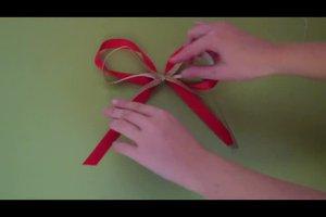 Schleifen binden an einem Geschenk - eine Anleitung wie es besonders hübsch aussieht