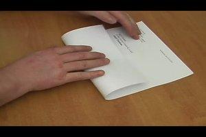 Brief falten - so falten Sie einen Brief für den Sichtumschlag