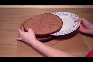 Biskuitboden für eine Torte aufschneiden - so gelingt's perfekt