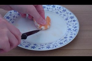 Bei Garnelen den Darm entfernen - so funktioniert's