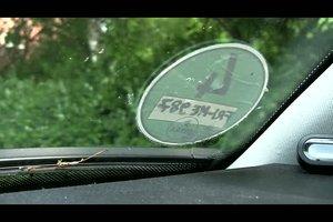 Umweltplakette vom Auto entfernen - so klappt es ohne Rückstände