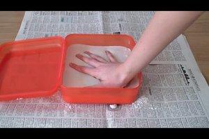 Gipsabdrücke mit Kindern herstellen - so gelingt der Handabdruck