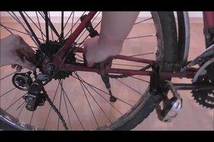 Eine Fahrradkette kürzen und richtig spannen - so geht's