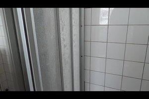 Duschabtrennungen aus Kunststoff reinigen - das können Sie tun