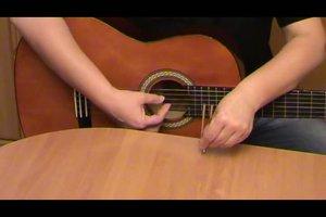 Wie stimme ich eine Gitarre?